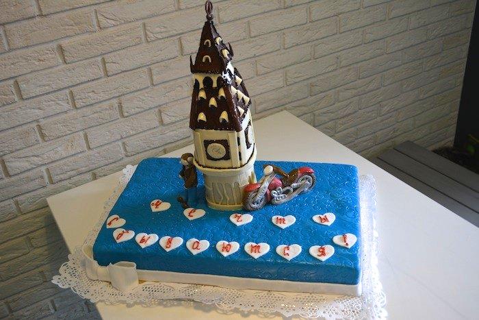 Добавить антуража и праздника нам помог этот чудесный торт!